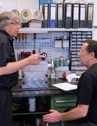 Lorenz Elektromotoren Besprechung mit Mitarbeiter